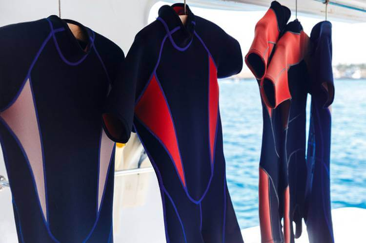 how does wetsuit keep you warm