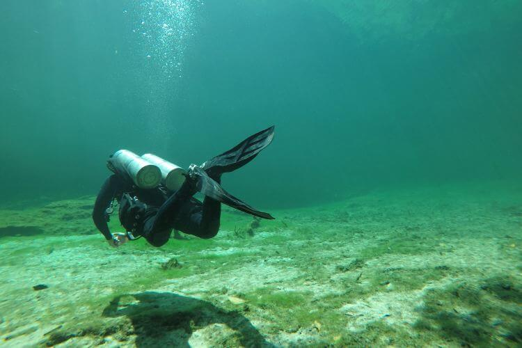 conserve air while scuba diving